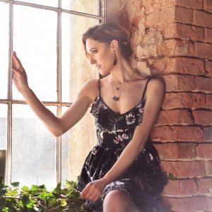 Przywołaj wiosnę z CottonBee i Mashyna.pl – jak uszyć sukienkę z dzianiny?
