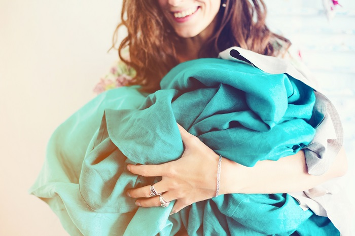 Kobieta trzymająca materiały do szycia