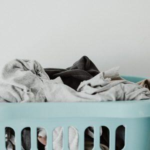 Jak prać materiały zadrukowane pigmentem? Pielęgnacja tkanin i dzianin